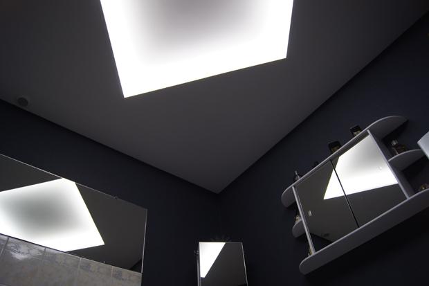 ruban led clairage indirect salle de bain moderne avec murs sombres - Eclairage Indirect Salle De Bain