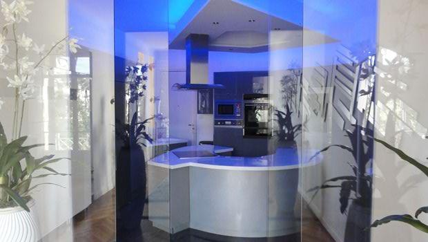 Magnifique Cuisine Moderne Réalisée Avec Des Spots Et Rubans Leds RGB En 60  Leds/m. Lu0027éclairage Des Rubans Leds En Indirect Apporte Une Ambiance ...